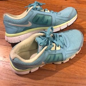 GUC. Nikes WOMENS (size 7)
